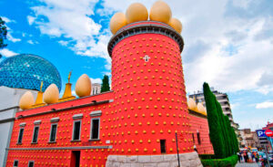 Испанский дом-музей Сальвадора Дали в Кадакес
